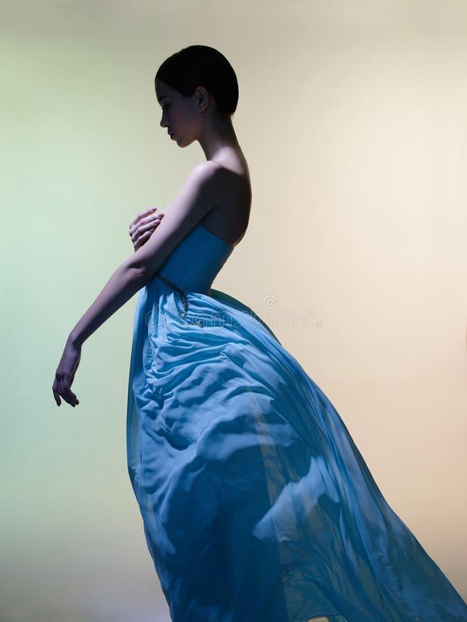 Behagfull kvinna i grön klänning fotografering för bildbyråer