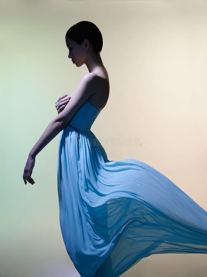 Behagfull kvinna i grön klänning royaltyfri fotografi