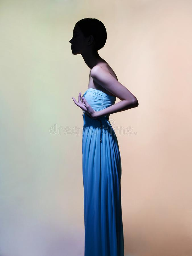 Behagfull kvinna i grön klänning arkivbild