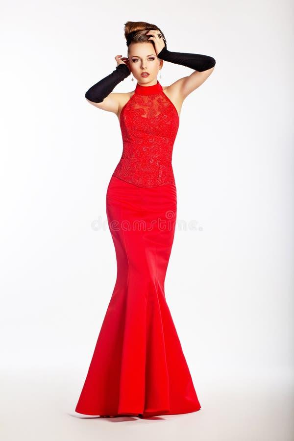 Behagfull nygift person i röd klänning. Lyx arkivbilder