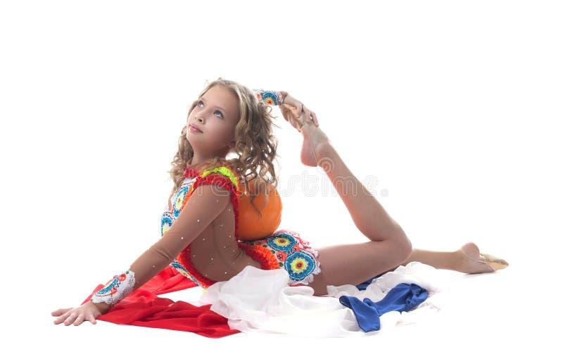 Behagfull ung sportig flicka som poserar med bollen royaltyfri foto