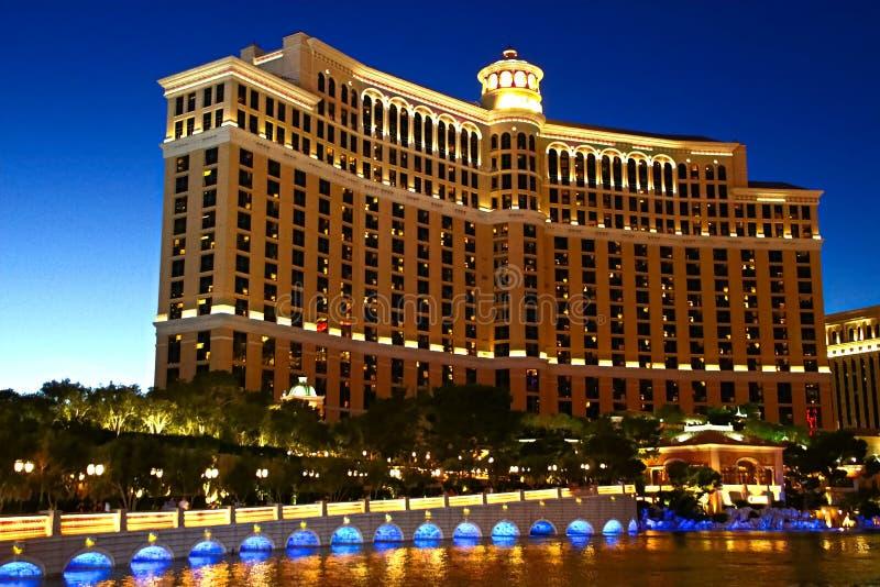 Behaind de coucher du soleil l'hôtel et le casino de Bellagio à Las Vegas photos stock