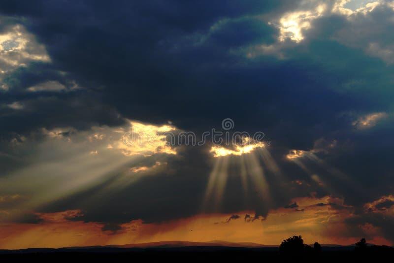 Behaind de The Sun qu'une obscurité opacifie photos libres de droits