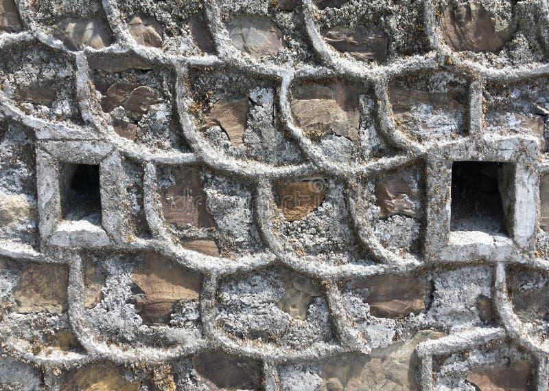 Behalten der Steinwand mit Abfluss Tüllen stockfotografie