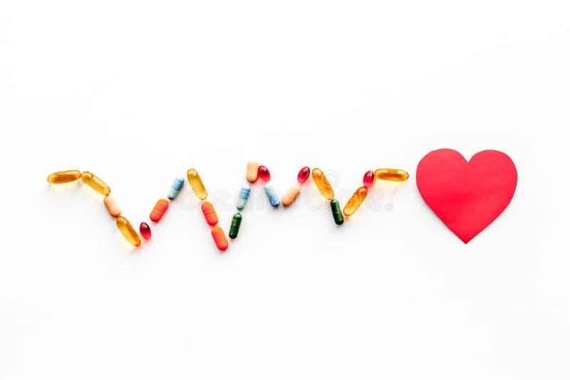 Behandel hart Document hart en pillen in vorm van cardiogram op witte hoogste mening als achtergrond copyspace royalty-vrije stock foto
