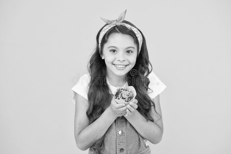 Behandel iemand met snoepjes Yummy cupcake Homemade muffin Fijne jeugd Concept bakkerijproducten Kid girl vasthouden royalty-vrije stock afbeelding