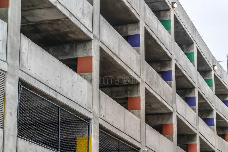 Behandeld parkeerterrein van een concreet die gebouw van buiten op een bewolkte dag wordt bekeken stock afbeeldingen