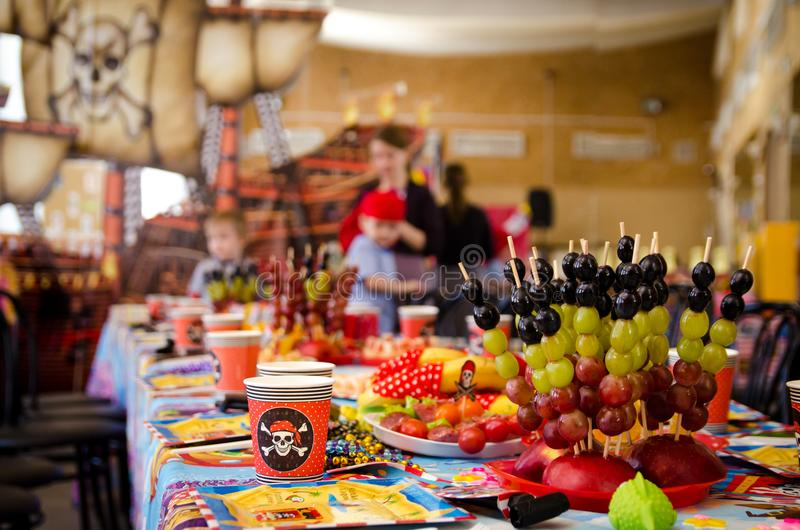 Behandelde feestelijke lijst in piraatsymboliek met voedsel op een piraatpartij stock foto
