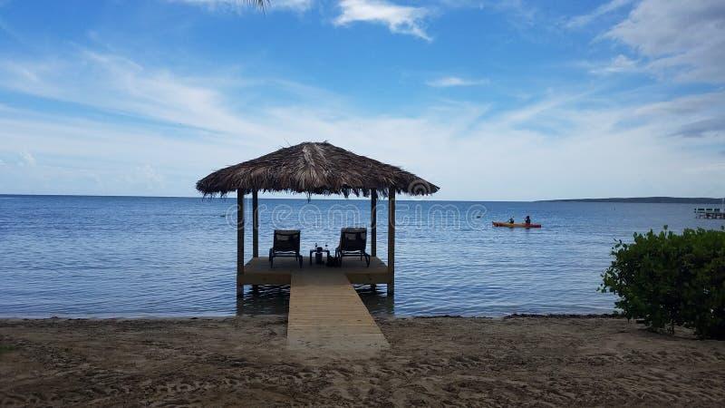 Behandelde hut op dok met stoelen op water in Guanica, Puerto Rico royalty-vrije stock foto's
