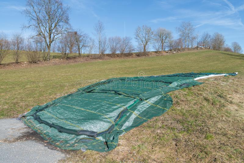 Behandelde silo met kuilvoeder in de lente, Duitsland royalty-vrije stock foto
