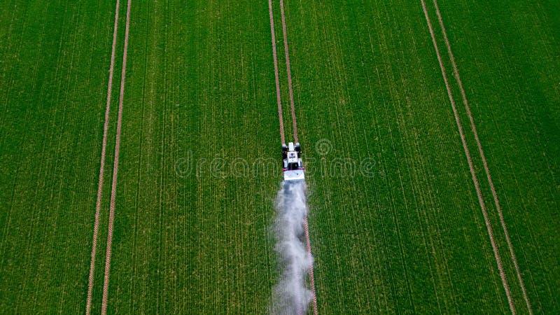 Behandeling van gebieden met pestecides Landbouw Tractorritten op de gebieds hoogste mening royalty-vrije stock foto's