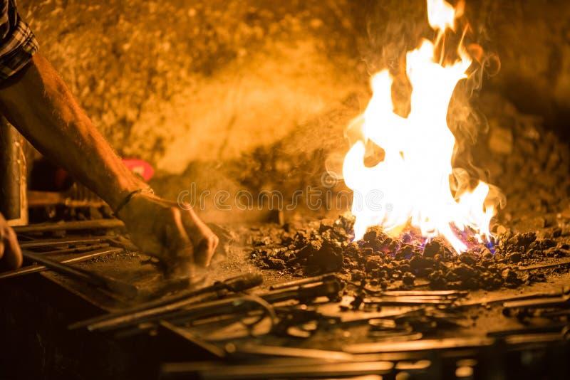 Behandeling van gesmolten metaalclose-up Met de hand gemaakte smid royalty-vrije stock foto