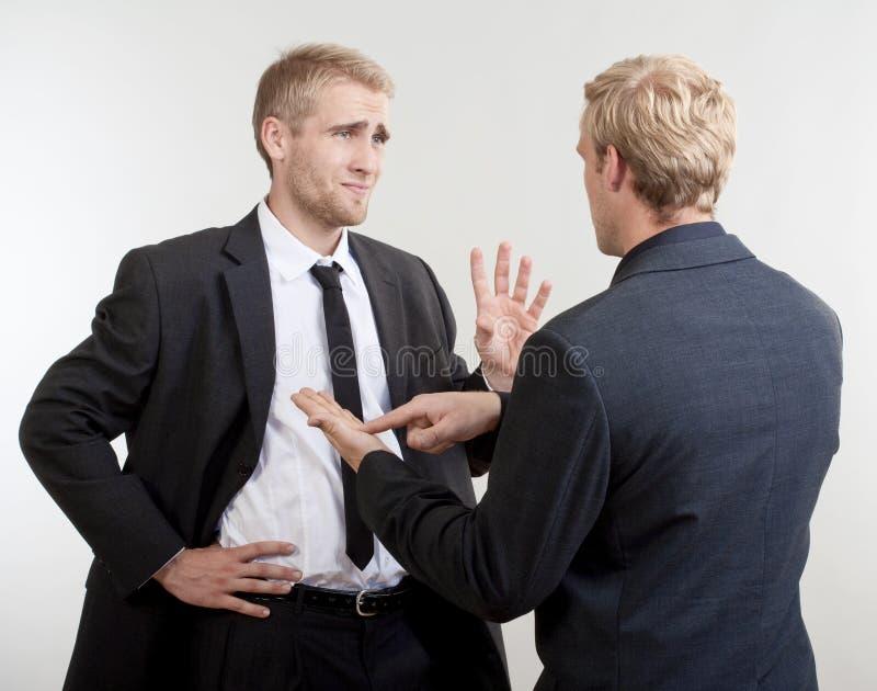 Behandeln mit zwei Geschäftsmännern stockfotografie