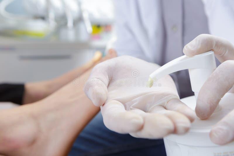 Behandeln Sie bereites, Creme auf Hautpatienten aufzutragen stockbilder