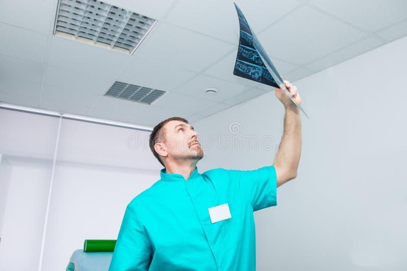 Behandeln Sie das Betrachten von x-rayimage geduldigen ` s Dorns Osteopathy, Chiropraktik, Physiotherapie Gesundes Lebenkonzept s lizenzfreies stockbild