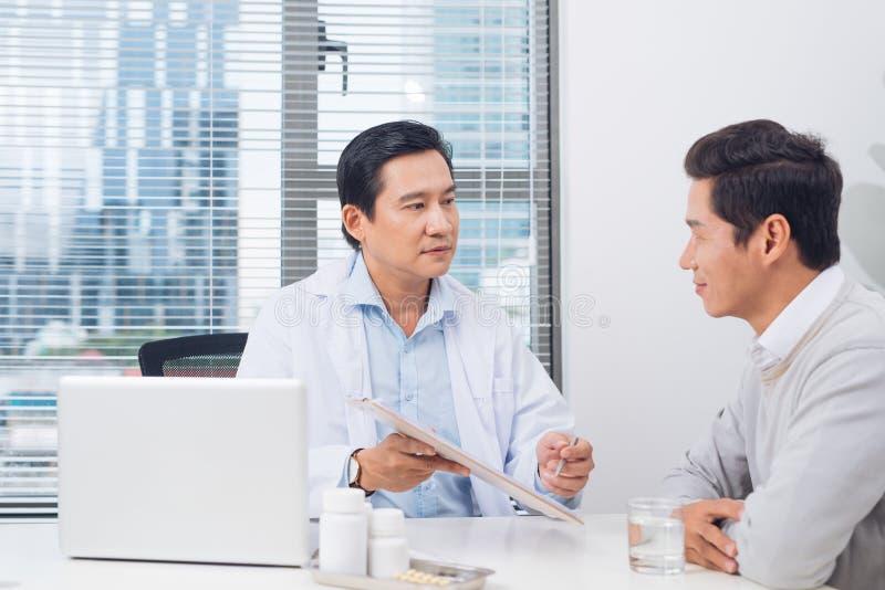 Behandeln Sie das Erklären von Verordnung männlichem Patienten, Gesundheitswesen conce stockfoto