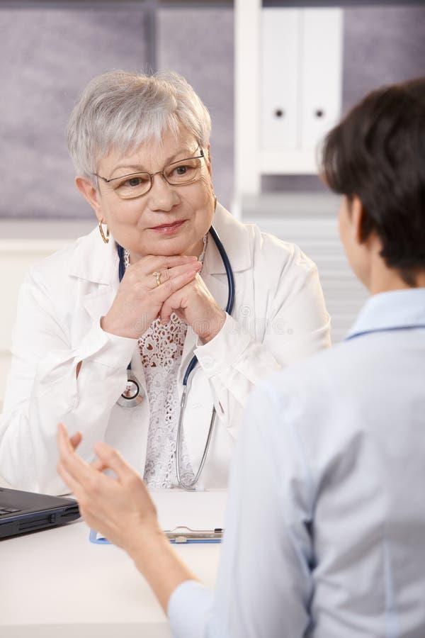 Behandeln Sie das Hören auf Patienten stockfoto