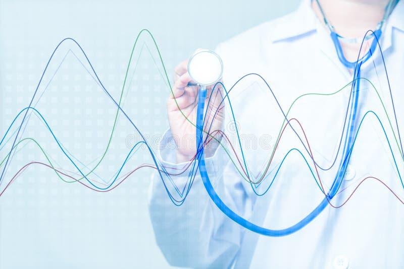 Behandeln Sie das Halten eines Stethoskops mit Diagramm auf blauem Hintergrund stockfoto