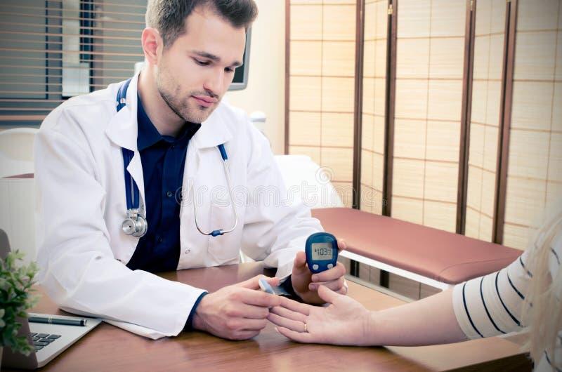 Behandeln Sie das Messen des Blutzuckers für Diabetespatienten stockbild