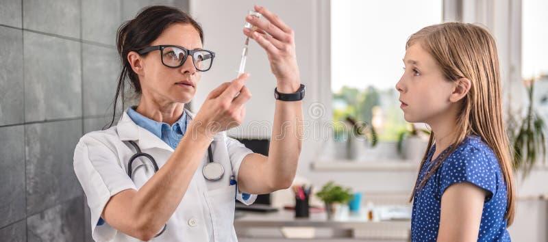 Behandeln Sie das Vorbereiten eines Impfstoffs, in einen Patienten einzuspritzen lizenzfreie stockfotos