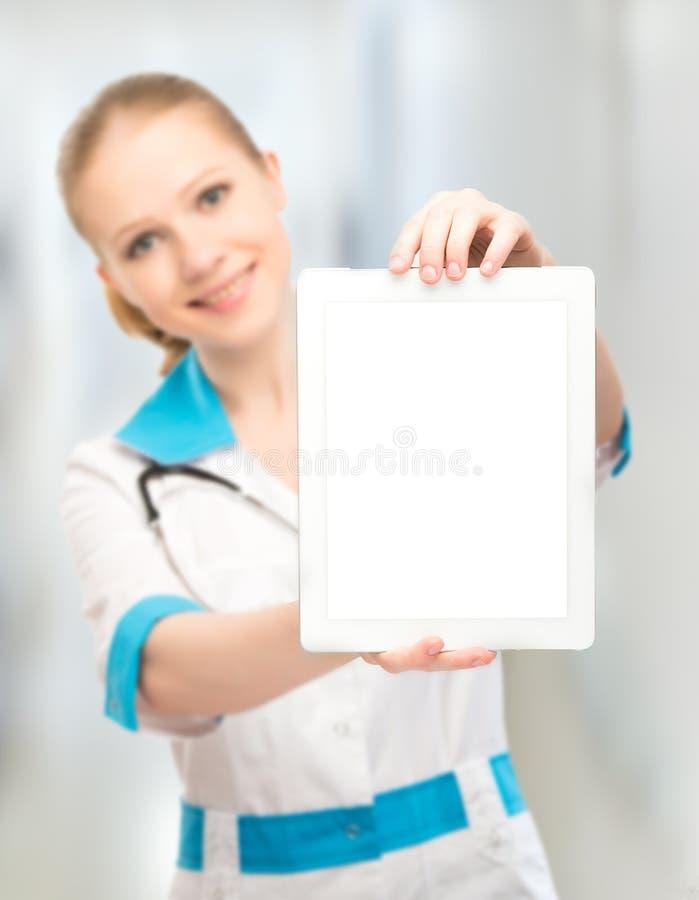 Behandeln Sie die Frau, die einen leeren weißen Tablettencomputer hält lizenzfreie stockfotos