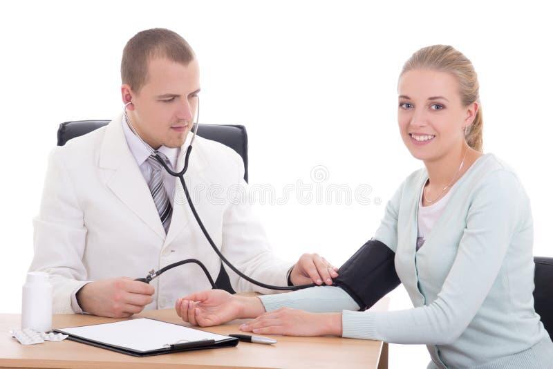 Behandeln Sie messenden Blutdruck des Patienten im Büro, das an lokalisiert wird stockfoto