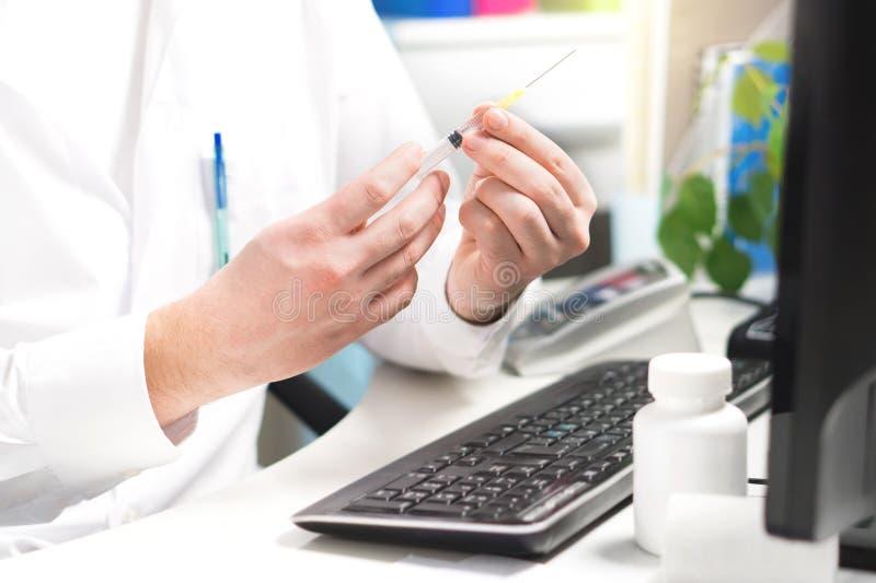 Behandeln Sie Prüfung oder das Vorbereiten des Impfstoff-, Grippe- oder Grippeschusses lizenzfreie stockfotos