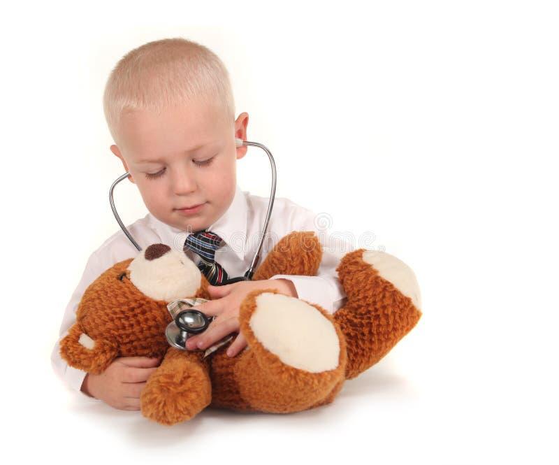 Behandeln Sie With Stethoscope und Teddybären als Patien lizenzfreie stockfotos