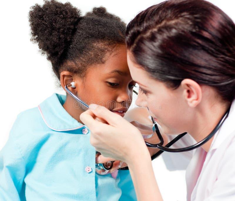 Behandeln Sie und ihr Patient, der mit einem Stethoskop spielt stockfotos
