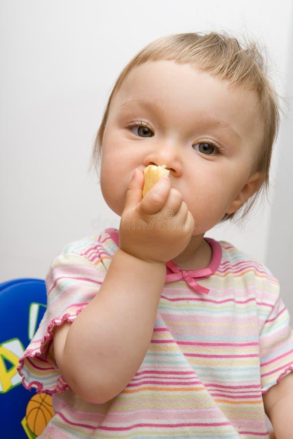 behandla som ett barn äta flickan royaltyfria bilder