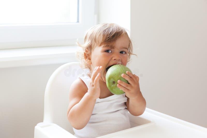 Behandla som ett barn äta frukt royaltyfria bilder
