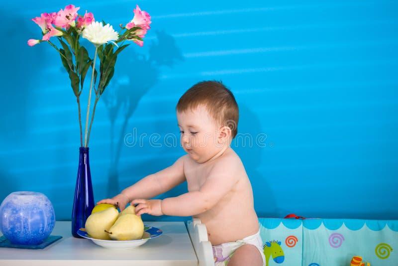 behandla som ett barn äta frukter arkivfoton