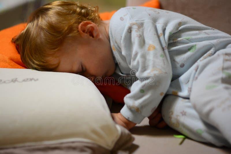 Behandla som ett barn åriga sömnar för pojke 1 royaltyfria bilder