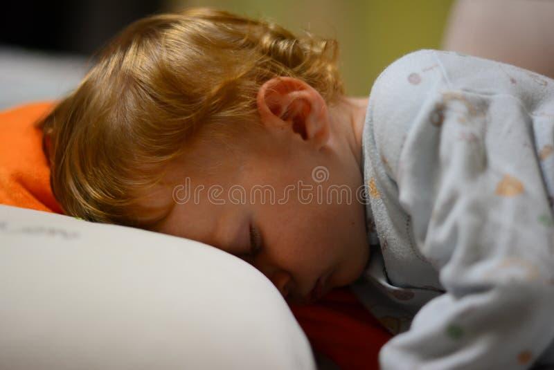 Behandla som ett barn åriga sömnar för pojke 1 royaltyfria foton