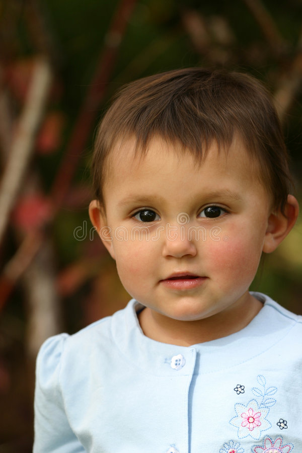 behandla som ett barn ögonflickalitet barn arkivbild