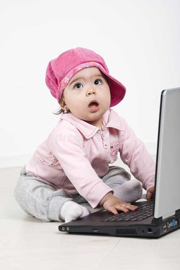 behandla som ett barn affärsflickabärbar dator arkivbild