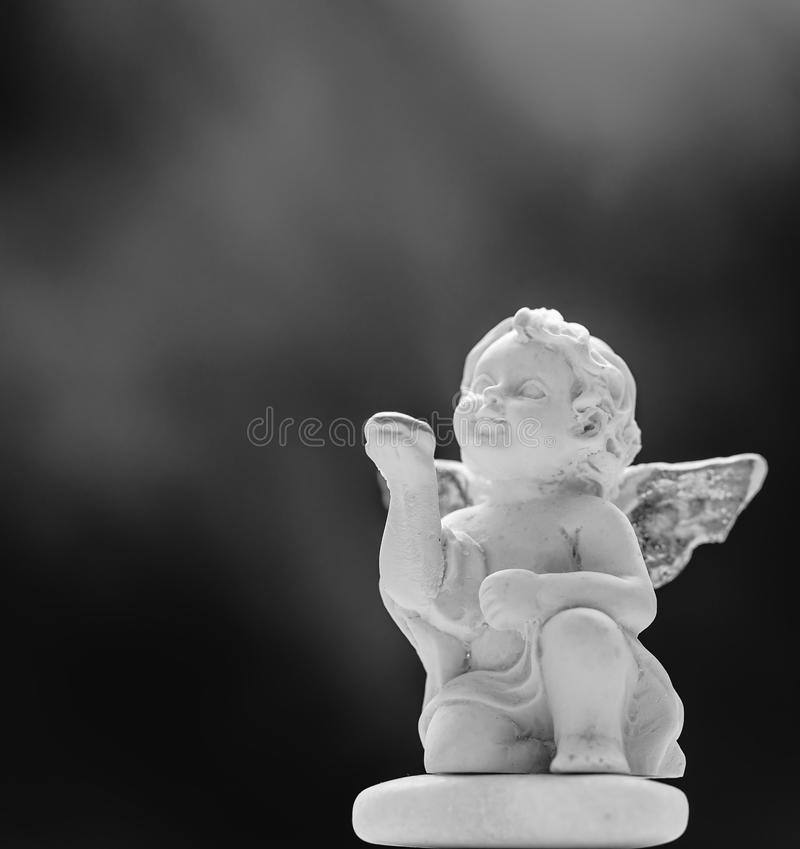 Behandla som ett barn Angel On Black And Misty bakgrund 2 royaltyfri foto