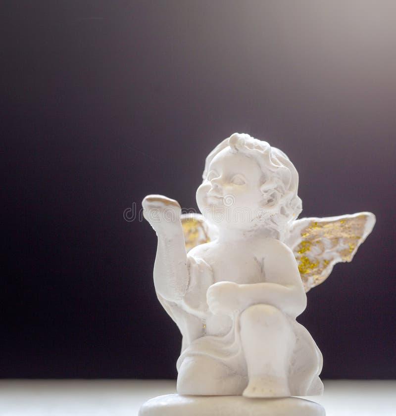 Behandla som ett barn Angel On Darkness And Misty bakgrund arkivbild