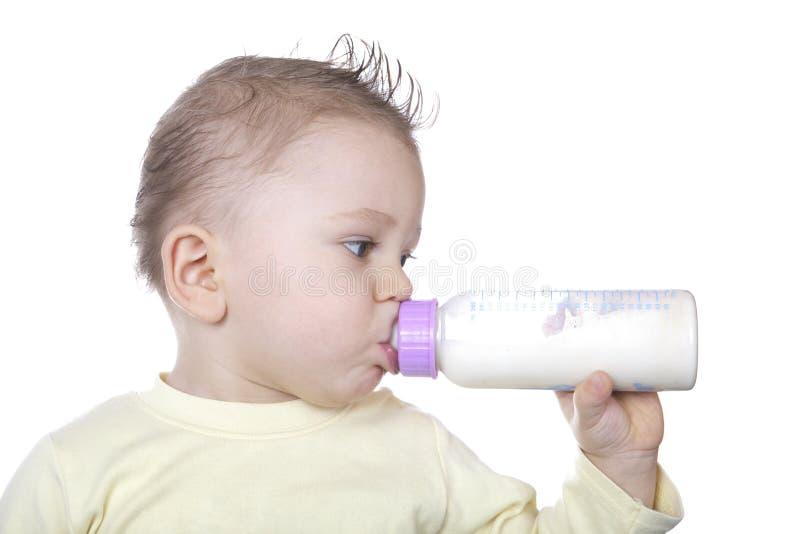 behandla som ett barn att dricka mjölkar arkivbilder