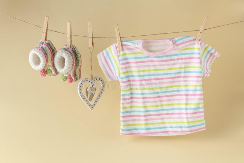behandla som ett barn att hänga för klädstreckgodor arkivbild