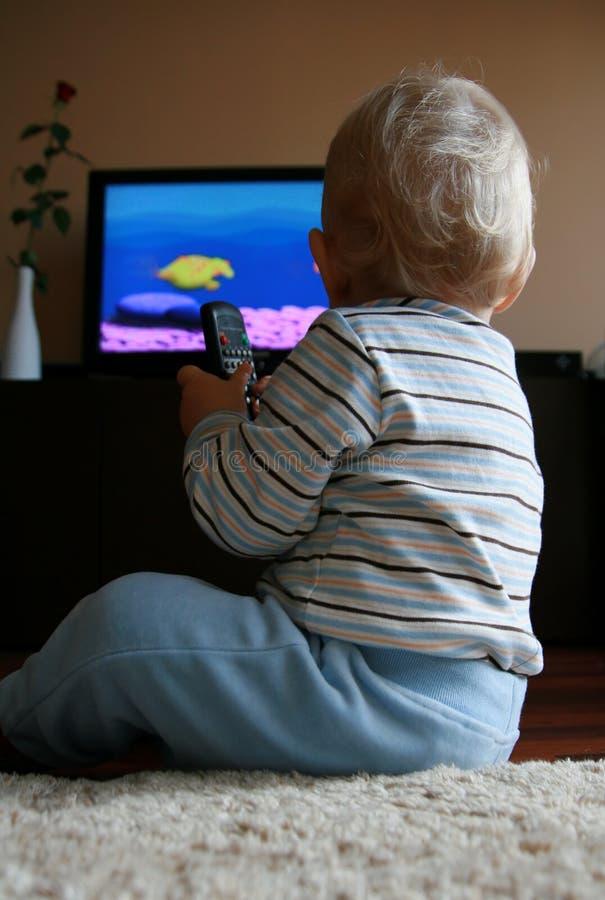 behandla som ett barn att hålla ögonen på för tv royaltyfri bild