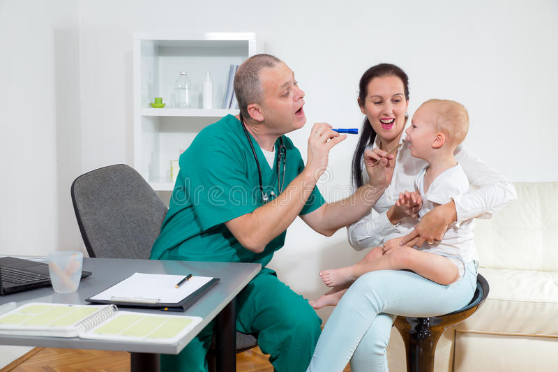 Behandla som ett barn att kontrolleras av en doktor royaltyfri foto