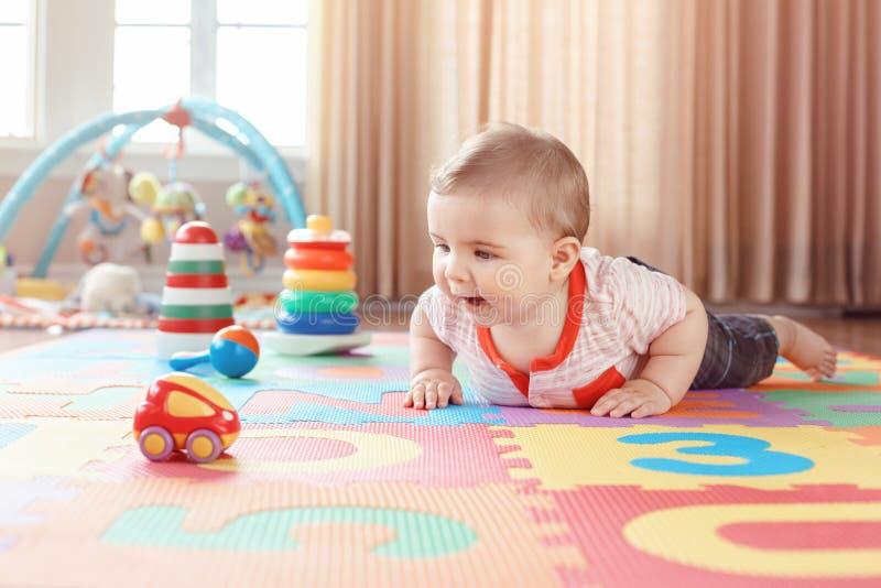 Behandla som ett barn att krypa på playmat Tidig utbildningsutveckling fotografering för bildbyråer