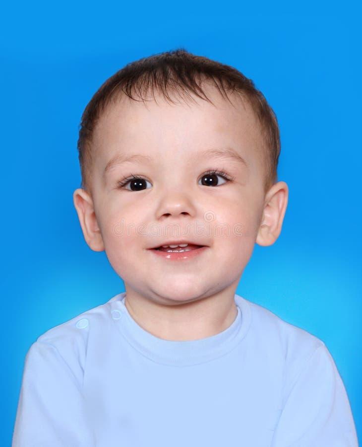 behandla som ett barn att le för pojkestående arkivfoto