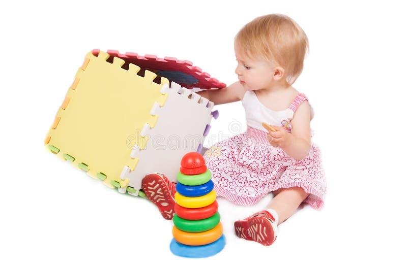 behandla som ett barn att leka för flicka arkivfoton
