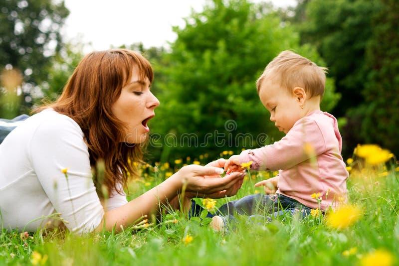 behandla som ett barn att leka för moder royaltyfria bilder
