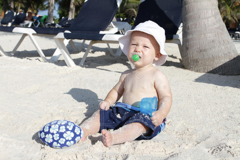 Behandla som ett barn att leka för strand som är tropiskt