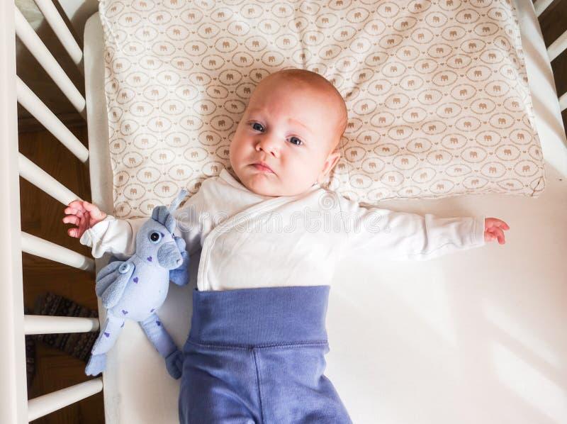 Behandla som ett barn att ligga för pojke royaltyfri fotografi