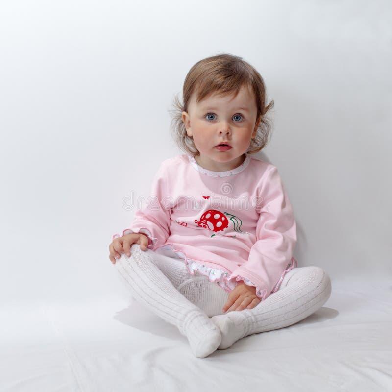 Behandla som ett barn att posera i studio på vit bakgrund royaltyfria bilder