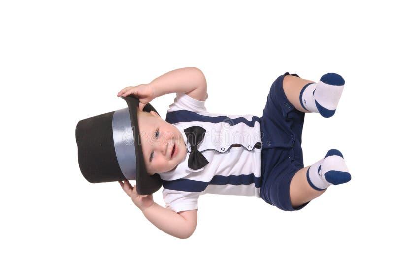 behandla som ett barn att sätta för hatt för pojkecylindergentleman arkivbild